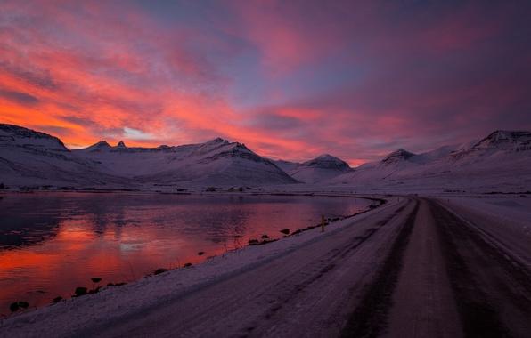 Картинка зима, дорога, небо, вода, облака, снег, закат, горы, природа, озеро, отражение, река, фон, красное, widescreen, …