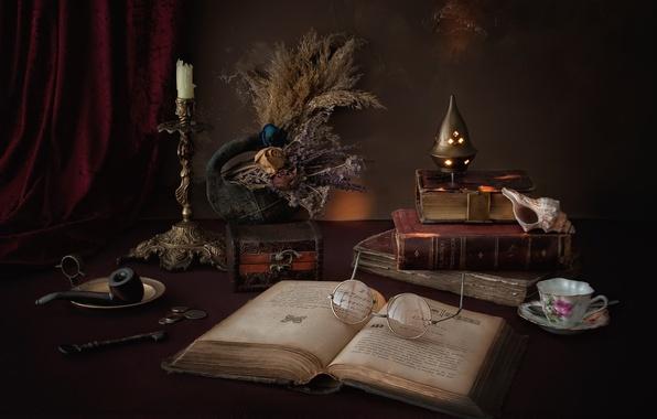 Картинка книги, свеча, трубка, ключ, ракушка, очки, чашка, шкатулка, монеты, натюрморт, сухоцвет