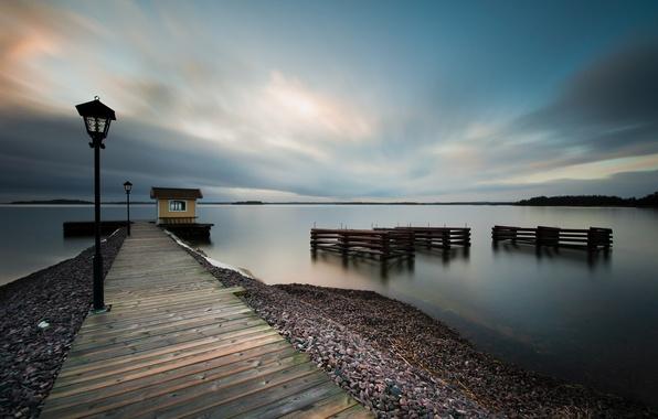 Картинка море, небо, вода, облака, гладь, берег, побережье, вечер, фонари, пирс, штиль, Швеция