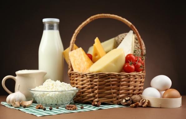 Картинка корзина, бутылка, яйца, сыр, перец, кувшин, помидоры, чеснок, творог, грецкие орехи
