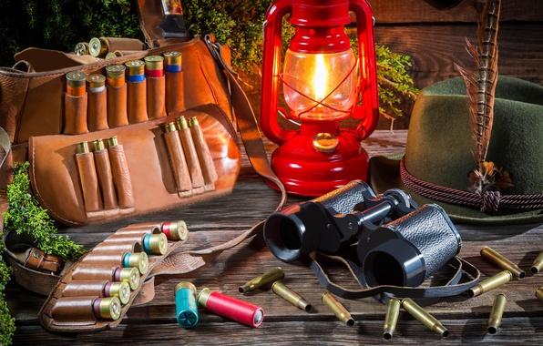 Картинка лето, свет, природа, лампа, шляпа, размытость, фонарь, бинокль, охота, сумка, ремень, патроны, гильзы, снаряжение, на ...