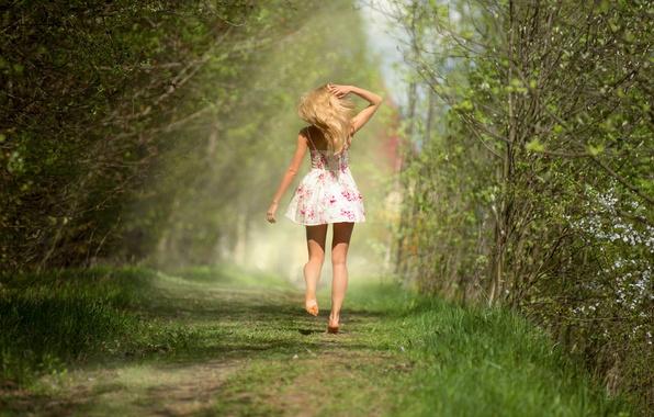 Картинка лес, трава, девушка, green, модель, волосы, вид, тень, весна, фигура, платье, блондинка, сзади, light, ножки, …
