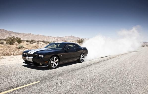 Картинка горы, чёрный, пустыня, дым, Dodge, SRT8, Challenger, black, додж, 392, спортивные полосы, челенджер, жгёт резину