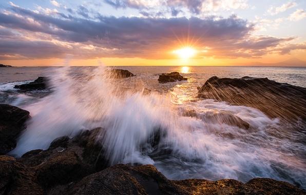 Картинка небо, солнце, облака, лучи, закат, камни, берег, вечер, Япония, прибой, залив, префектура Канагава
