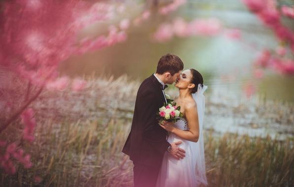 Картинка девушка, цветы, природа, фон, розовый, widescreen, обои, настроения, женщина, нежность, часы, поцелуй, букет, пара, костюм, …