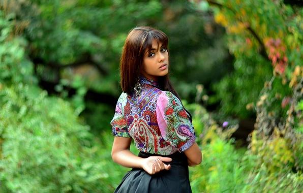 Обои картинки фото indian girl, взгляд, блузка, размытие.