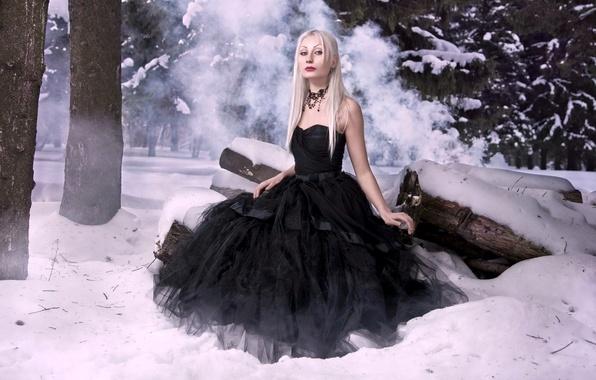 Картинка зима, лес, снег, романтика, модель, волосы, кожа, ели, стройная, платье, фэнтези, черное, блондинка, губы, красные, …