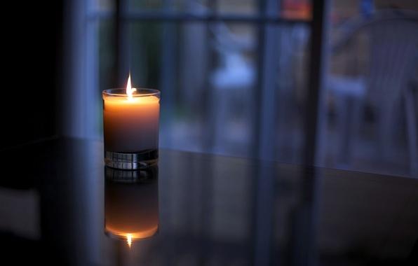 Картинка стекло, свет, уют, отражение, тепло, стол, огонь, пламя, свеча, воск, стаканчик, окно.