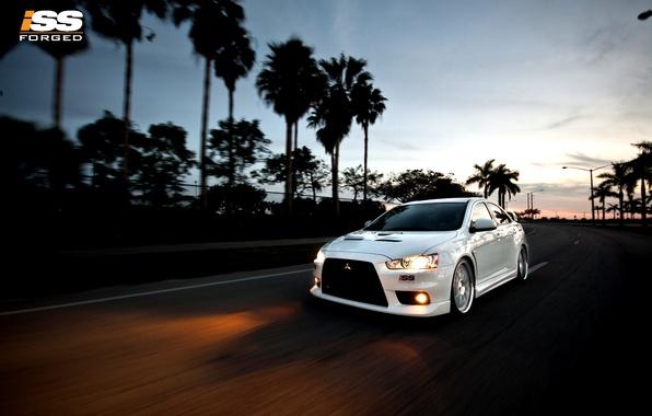 Картинка дорога, машина, пальмы, спорт, фары, скорость, вечер, ISS, Mitsubishi Lancer