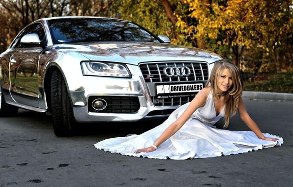 Картинка машина, авто, осень, девушка, audi, белое, листва, платье, блондинка, красавица, красивая, сидит, хром, блестящая