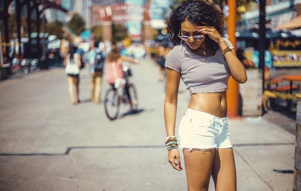 Картинка девушка, поза, улица, ноги, шорты, очки, кудри, локоны