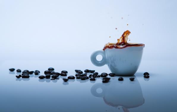 Картинка брызги, отражение, стол, фон, обои, кофе, зерна, чашка