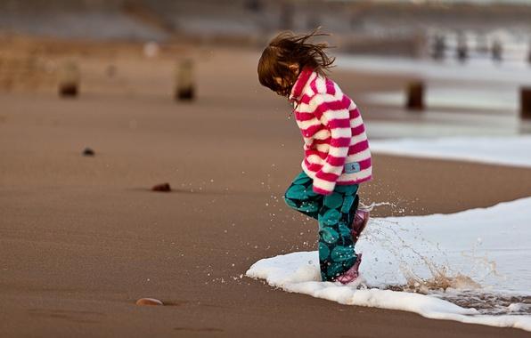 Картинка песок, море, вода, брызги, дети, настроение, океан, берег, побережье, девочки, девочка, малыши, пляжи, детишки, малышь