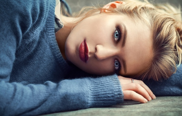 Картинка girl, photo, photographer, blue eyes, model, beauty, lips, ring, face, blond, portrait, mouth, lipstick, sweater, …