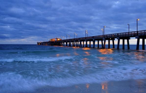 Картинка море, небо, свет, тучи, мост, огни, берег, Вечер, фонари, пирс, прибой, синее