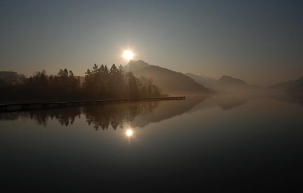 Картинка солнце, деревья, туман, озеро, гладь, отражение, восход, холмы, пристань, утро, причал, пирс