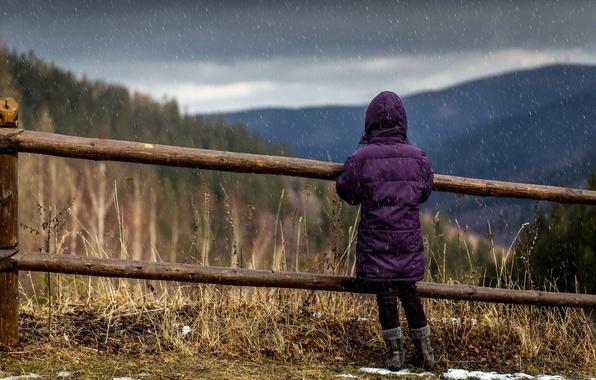 Картинка дождь, забор, девочка