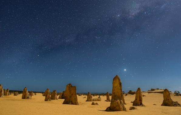Картинка песок, звезды, ночь, столбы, Австралия, Млечный Путь, night, stars, sand, Australia, Milky Way, Западная Австралия, …
