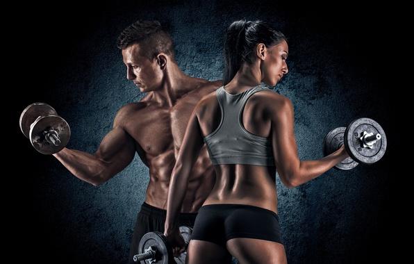 Картинка девушка, фон, спорт, майка, фигура, брюнетка, шортики, мужчина, фитнес, торс, мускулы, гантели