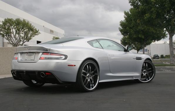 Картинка небо, деревья, тучи, Aston Martin, здание, DBS, серебристый, wheels, вид сзади, Астон Мартин, свет фар, …