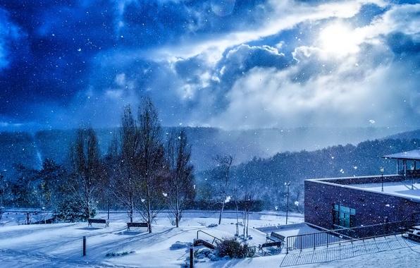 Картинка небо, облака, снег, деревья, здание, Зима, скамейки