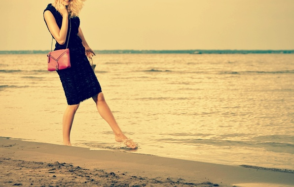 Картинка песок, море, пляж, вода, девушка, радость, улыбка, фон, обои, настроения, волна, платье, wallpaper, сумочка, girl, …