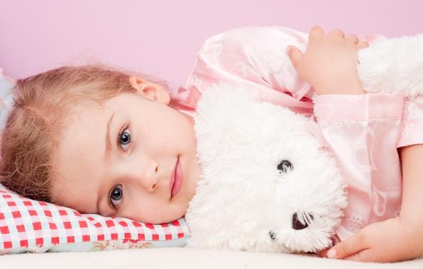 Картинка взгляд, игрушка, девочка, подушка, пижама, ребёнок, сероглазая, плюшевый мишка, светловолосая