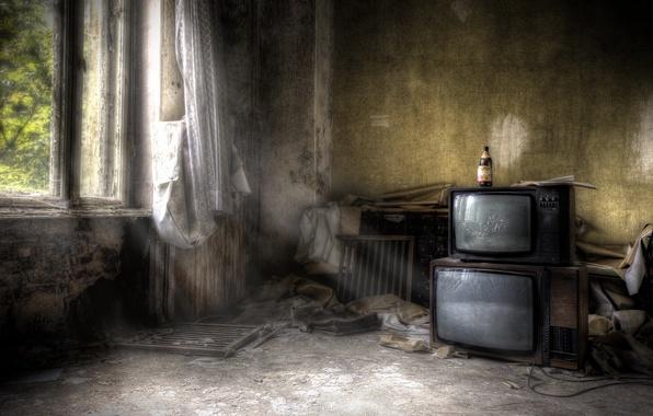 Картинка комната, бутылка, телевизоры