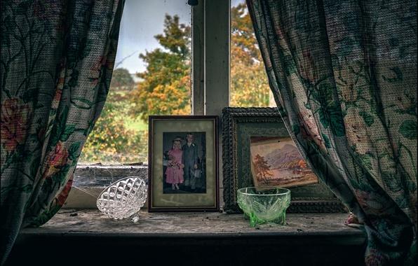 Картинка грусть, осень, окно, старые фотографии