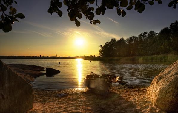 Картинка лес, пляж, лето, солнце, озеро, камни, лодка, утро, глыбы