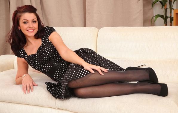 Картинка секси, улыбка, диван, милая, модель, платье, пирсинг, туфли, шпильки, носик, Bryoni Kate, в горошек, Bryoni …