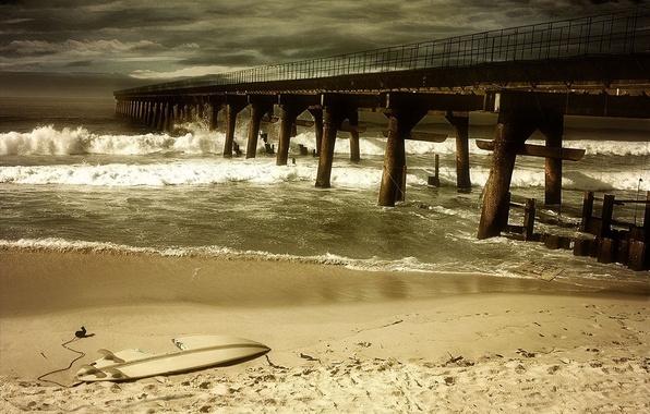 Картинка песок, море, гроза, волны, пляж, пустота, тучи, шторм, мост, сломан
