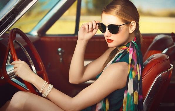 Картинка девушка, очки, браслет, автомобиль, салон