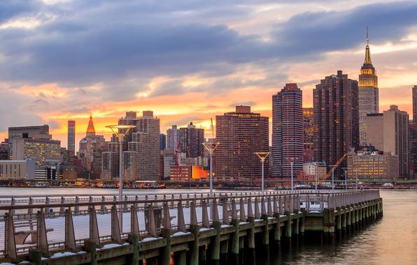 Картинка снег, река, дома, Нью-Йорк, небоскребы, США, набережная, причалы