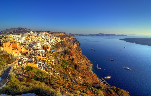 Картинка море, небо, скалы, голубое, побережье, дома, лодки, Греция, горизонт, панорама, залив, катера, Santorini, чистое