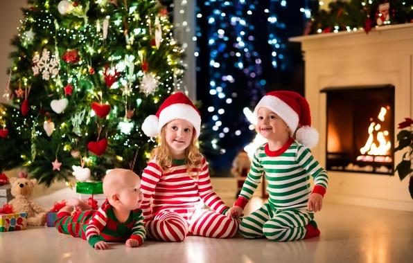 Картинка дети, улыбка, шапка, игрушки, елка, Рождество, Новый год, камин, украшение, гирлянда, младенец, toys, New Year, …