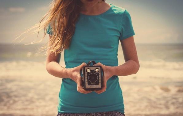 Картинка песок, пляж, девушка, природа, настроения, камера, руки, фотоаппарат, HD wallpapers, фон. обои для рабочего стола, …