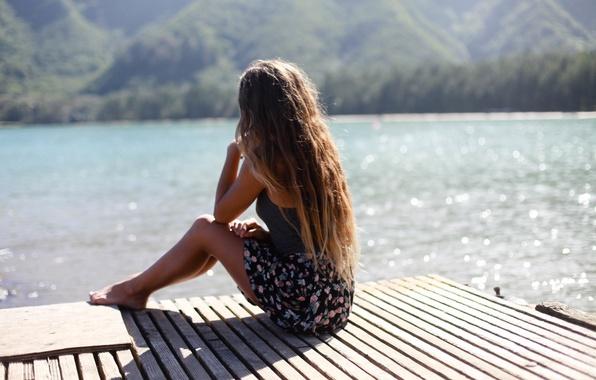 Картинка лето, девушка, озеро, волосы, сидит