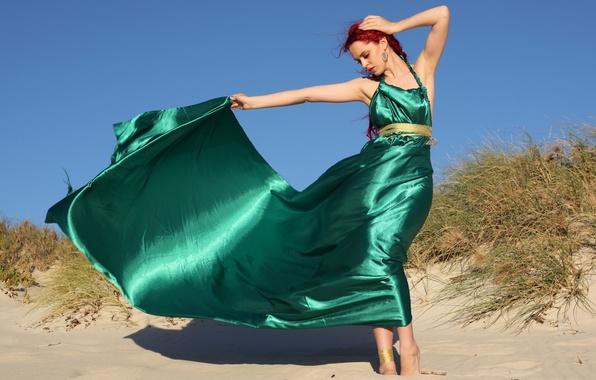 Картинка песок, девушка, поза, волосы, шлейф, платье, красные, зеленое