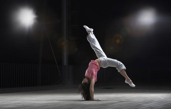 Картинка девушка, поза, фон, движение, гибкость, обои, спорт, танец, брюнетка, зал, dance, сальто, спортзал, трудно
