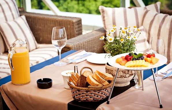 Картинка ягоды, малина, стол, еда, ромашки, завтрак, черника, бокалы, клубника, сок, хлеб, тарелки, ваза, фрукты, манго, …