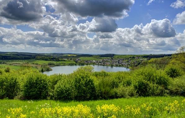 Картинка зелень, небо, трава, облака, озеро, поля, дома, Германия, деревня, кусты, Ellscheid