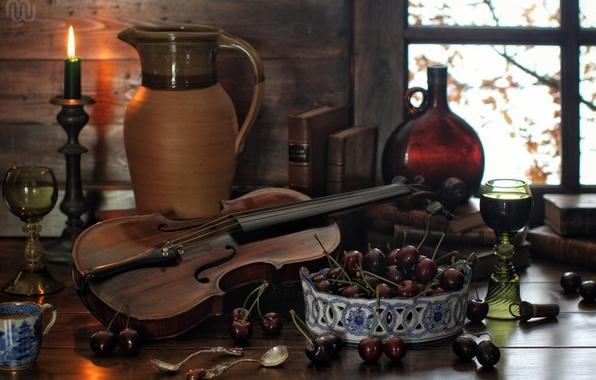 Картинка вишня, ягоды, скрипка, книги, бутылка, свеча, бокалы, кувшин, натюрморт, ложки
