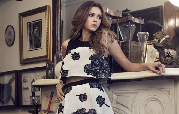Картинка взгляд, девушка, лицо, стена, волосы, книги, интерьер, актриса, зеркало, красавица, картины, камин, красивая, Nina Dobrev, …