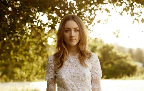 Картинка блики, фото, платье, актриса, в белом, на природе, боке, Saoirse Ronan, Сирша Ронан, Harpers Bazaar, …