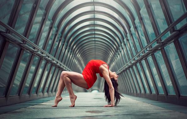 Картинка девушка, город, фигура, изгиб, грация, ножки, в красном, гимнастка, Julie Marques