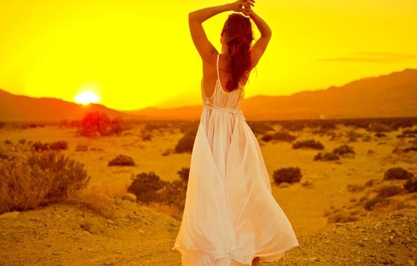 Девушка в солнечном платье