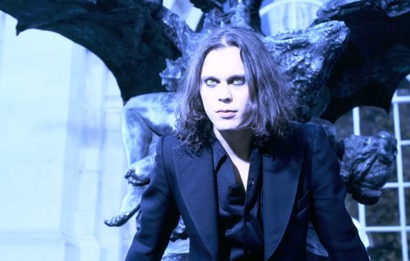 Картинка чёрный, здание, крылья, костюм, статуя, музыкант, певец, singer, композитор, HIM, artist, Ville Valo, songwriter, фронтмен, …