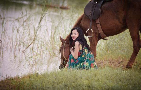Картинка лето, трава, улыбка, озеро, конь, жажда, лошадь, платье, азиатка