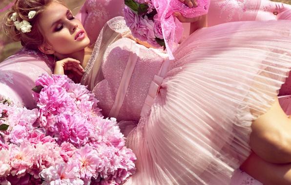 Картинка девушка, цветы, отдых, модель, сон, платье, красотка